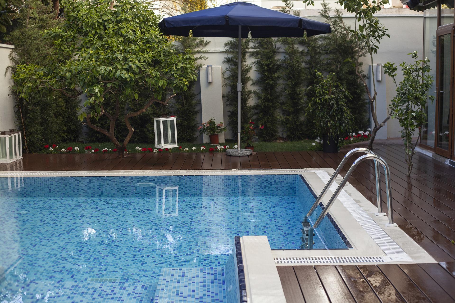 Copertina articolo Costruire una piscina per il giardino di casa: tipologie e permessi